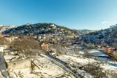 De mening van sneeuw behandelde huizen bij Sertavul-bergpas Royalty-vrije Stock Fotografie