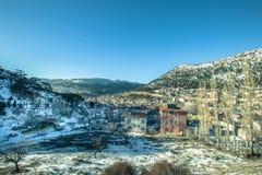 De mening van sneeuw behandelde huizen bij Sertavul-bergpas Stock Foto