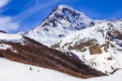 De mening van snow-covered Kazbek, een groep skiërs neemt tot de bovenkant toe Royalty-vrije Stock Afbeelding