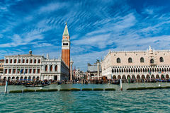 De mening van St merkt Vierkant en Campanile in Venetië Stock Foto