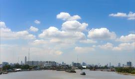 De Mening van de stad van Bangkok van de rivier van Chao Phraya Stock Fotografie