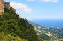 De mening van stad Yalta van aj-Petri zet helling op royalty-vrije stock afbeeldingen