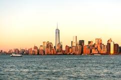 De mening van de de stadshorizon van New York van de boot aan Ellis Island royalty-vrije stock foto