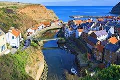 De mening van Staithes-haven, dorp en vangt, dichtbij Scarborough, in North Yorkshire royalty-vrije stock foto's