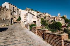 De mening van straat in Savoca-dorp in Sicilië, Italië stock foto's