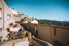 De mening van straat in Savoca-dorp in Sicilië, Italië royalty-vrije stock afbeelding