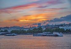 De mening van Theems van de zonsondergangrivier met Somerset House op achtergrond stock fotografie
