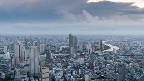De mening van de tijdtijdspanne van Bangkok in de avond en de groei van het commerciële centrum stock footage