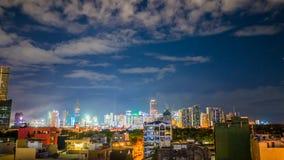 De mening van de tijdtijdspanne van Makati-wolkenkrabbers in de stad van Manilla Horizon bij nacht, Filippijnen Stock Foto's