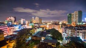 De mening van de tijdtijdspanne van Makati-wolkenkrabbers in de stad van Manilla Horizon bij nacht, Filippijnen Royalty-vrije Stock Foto's