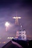 De mening van Towerand van Gediminas van Vilnius, Litouwen, vuurwerk Stock Fotografie
