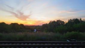 De mening van de trein op het mooie landschap met heuvels en bos vóór zonsondergang De mening van het venster van stock footage