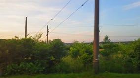 De mening van de trein op het mooie landschap met heuvels en bos vóór zonsondergang De mening van het venster van stock video