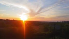 De mening van de trein op het mooie landschap met heuvels en bos vóór zonsondergang De mening van het venster van stock videobeelden