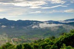 De mening van de vallei, de bergen en de mist Royalty-vrije Stock Afbeeldingen