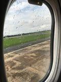 De mening van de vensterzetel is toont wolken en en landschapsmening Stock Afbeeldingen
