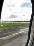 De mening van de vensterzetel is toont wolken en en landschapsmening Stock Afbeelding