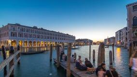 De mening van de verlaten Rialto-Marktdag aan nacht timelapse na zonsondergang, Venetië, Italië bekeek van pijler over Grand stock footage