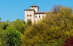 De mening van Vesting Borromeo van Angera, is kasteel van het meer Maggiore, Angera, Italië royalty-vrije stock foto's