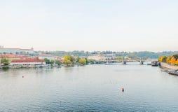 De mening van Vltara-Rivier, ziet een rivierbank van nieuwe stad en brug Royalty-vrije Stock Foto