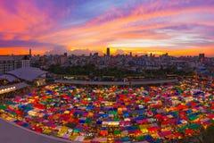 De mening van vogelogen van Multi-colored tenten /Sales van tweedehands teken Royalty-vrije Stock Fotografie