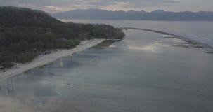De mening van de vogelvlucht van een kalm strand op verbazend Gili-eiland stock footage