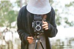 De mening van vrouwen die met een camera worden gefotografeerd stock afbeelding