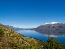 De mening van Wanaka van het meer aan sneeuw afgedekte heuvels. Royalty-vrije Stock Afbeeldingen