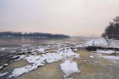 De mening van de de winterochtend aan de Dnipro-Rivier in de winter Na een koude breuk kwam een dooi Stock Foto