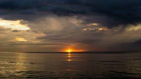 De mening van zonsondergang aan het eind van de oceaan stock afbeelding