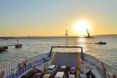 De mening van de zonsondergang van de veerboot aan de Krim Stock Foto's