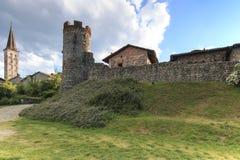 De mening vormt buiten het Middeleeuwse die dorp van Ricetto Di Candelo in Piemonte, als toevluchtsoord in aanval tijdens Mi word royalty-vrije stock foto
