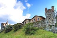 De mening vormt buiten het Middeleeuwse die dorp van Ricetto Di Candelo in Piemonte, als toevluchtsoord in aanval tijdens Mi word royalty-vrije stock afbeeldingen