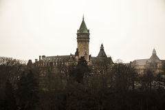 De meningen van de de wintermist van de stad van Luxemburg Stock Foto's