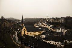De meningen van de de wintermist van de stad van Luxemburg Stock Afbeelding