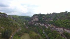 De meningen van de Rocamadourvallei: dorp op helling, kasteel op bovenkant stock videobeelden