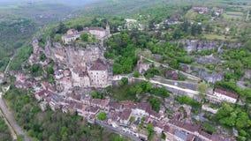 De meningen van de Rocamadourvallei: dorp op helling, kasteel op bovenkant stock video