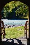 De meningen van de Turkooise Katun-rivier door de deuropening van de toerist brengen, Altai, Rusland onder royalty-vrije stock foto's