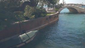 De meningen van Venetië, boot op het kanaal, mensengang over de brug wordt geparkeerd die stock video