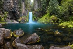 De menings dichte omhooggaand van de watervalberg De watervallandschap van de bergrivier Rivierscène Boswatervalmening Waterval i stock afbeeldingen