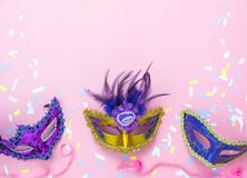 De menings luchtbeeld van de lijstbovenkant van mooie kleurrijke Carnaval-festivalachtergrond Vlak leg bijkomend voorwerp versche stock foto