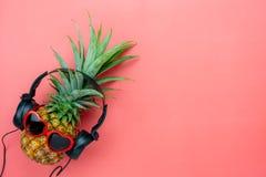 De menings luchtbeeld van de lijstbovenkant van voedsel voor het seizoen van de de zomervakantie & muziek achtergrondconcept stock foto