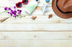De menings luchtbeeld van de lijstbovenkant van de zomer & reisstrandvakantie in het seizoen royalty-vrije stock afbeelding