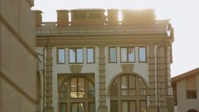 De menings moderne bouw op straat De straal van de zon Het gelijk maken in stad Architectuur facade stock videobeelden