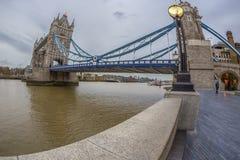 De meningsarchitectuur van het vissenoog van Torenbrug en Londen over riv stock fotografie
