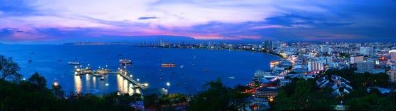 De meningspanorama van de nacht van stad Pattaya Stock Foto's