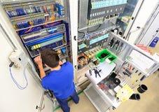 De mens assembleert elektronische componenten op een machine in een fabriek FO royalty-vrije stock fotografie