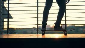 De mens begint om zijn skateboard, langzame motie te berijden stock videobeelden