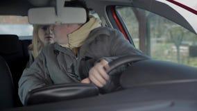 De mens begint opnieuw de auto en aandrijving in omgekeerde stock video