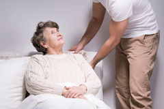 De mens behandelt grootmoeder stock afbeelding